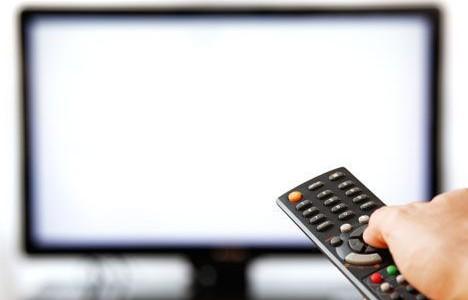 Телевізор і глядачі. Фото з сайту chernivtsi.comments.ua.